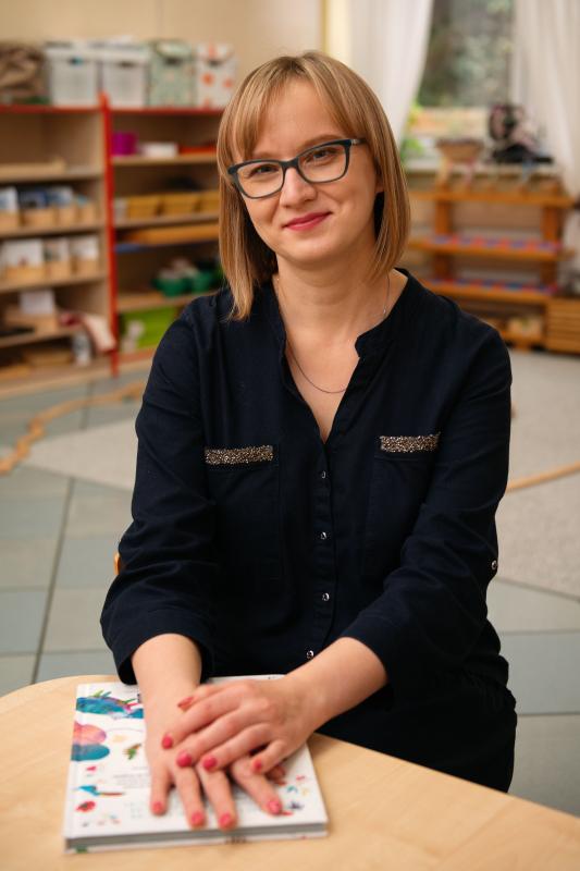 obrazek galerii Nauczyciel Montessori, wychowawca grupy Obserwatorów. W przedszkolu od IX 2012 r.
